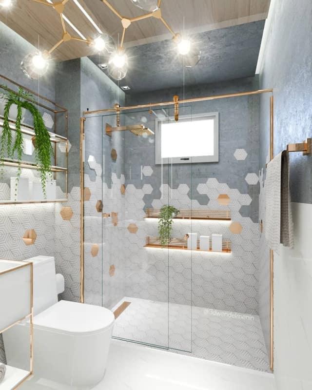 Banheiro moderno branco e azul acinzentado com perfis dourados e luminária diferente