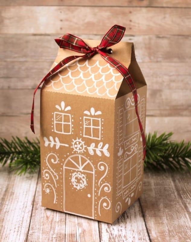 Casinha de gingerbead de papelão decorada