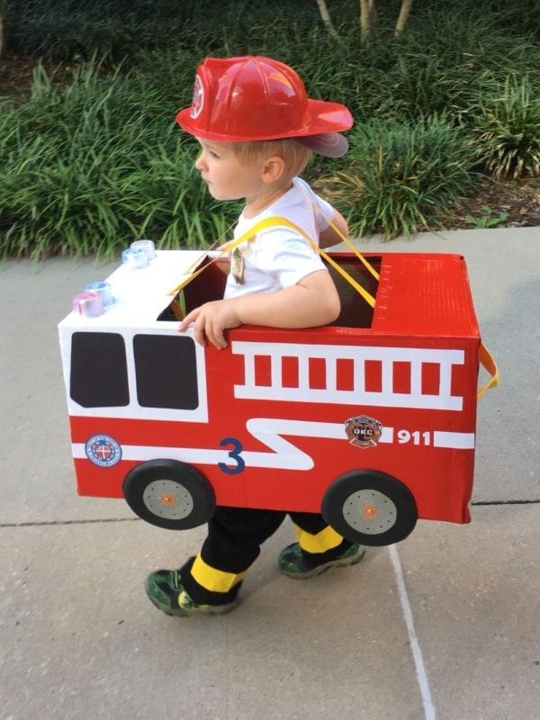Fantasia de bombeiro infantil de papelão