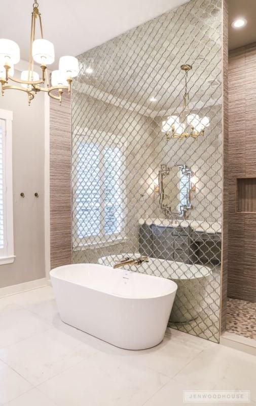 Luminária para banheiro chique com revestimento espelhado