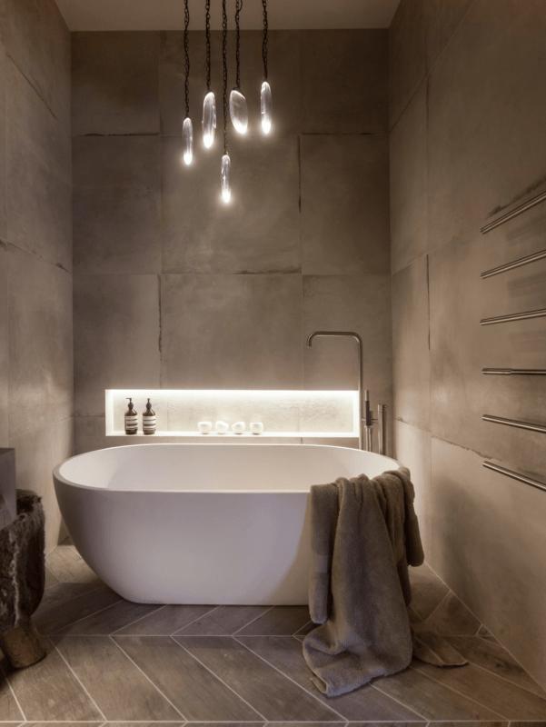 Luminária pendente estilosa para banheira