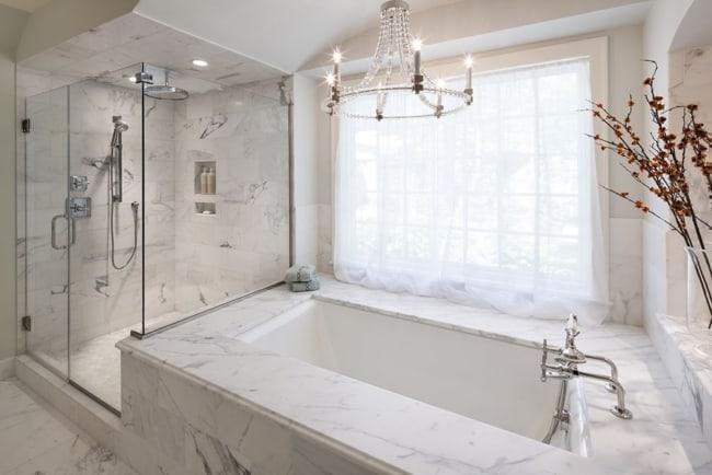 Lustre de cristal sobre banheira de mármore