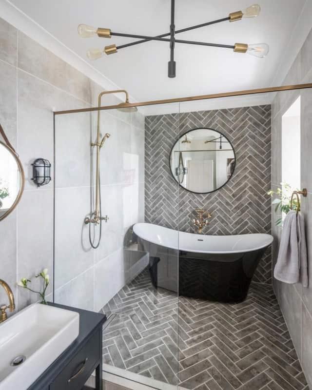 Modelo de lustre moderno para banheiro com banheira