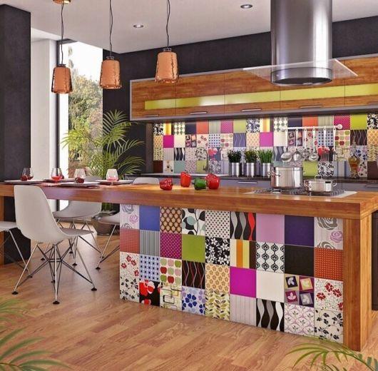 Modelo de cozinha com azulejos coloridos.