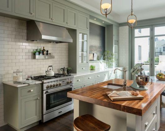 Modelo de cozinha bege com azulejos na cor gelo.