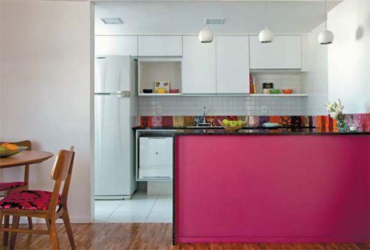 Modelo de cozinha branca com azulejos brancos e coloridos.