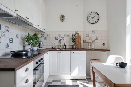 Cozinha branca com adesivos azul claro.