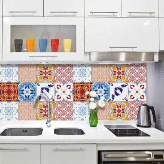 Cozinha branca com adesivos coloridos.