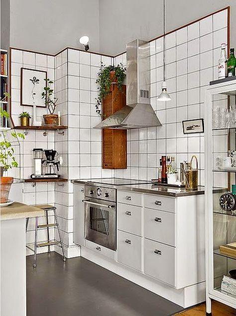 Cozinha clean com azulejos brancos em toda parede da cozinha.
