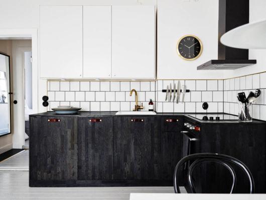 Cozinha branca com preto com azulejos.