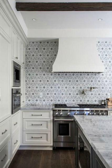 Cozinha branca com azulejos estampados.