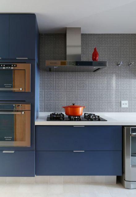 Cozinha cinza com balcões azuis.