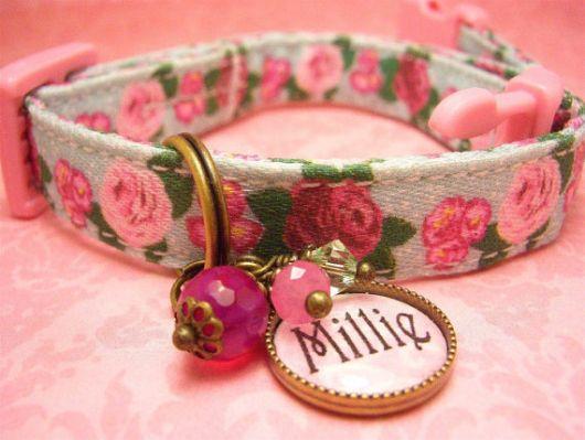 Coleira floral com nome em plaquinha personalizada