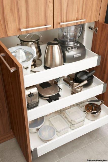 organização de gaveta de armário com eletroportáteis