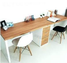 Escrivaninha moderna com detalhes brancos.