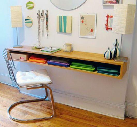 Escrivaninha moderna fixada na parede.
