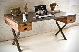 Escrivaninha moderna com tonalidades de marrom diferentes.