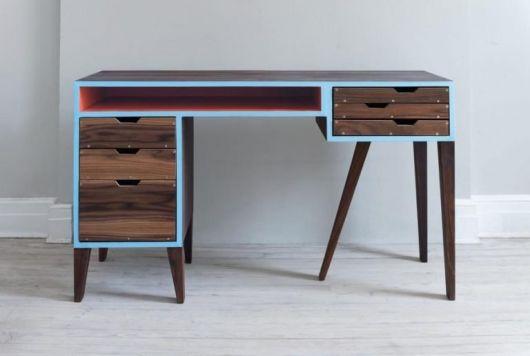 Escrivaninha moderna com detalhes em azul.