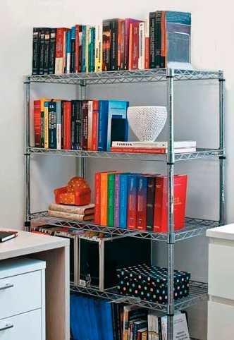 Estante de aço no canto de um escritório usada para guardar diversos livros.