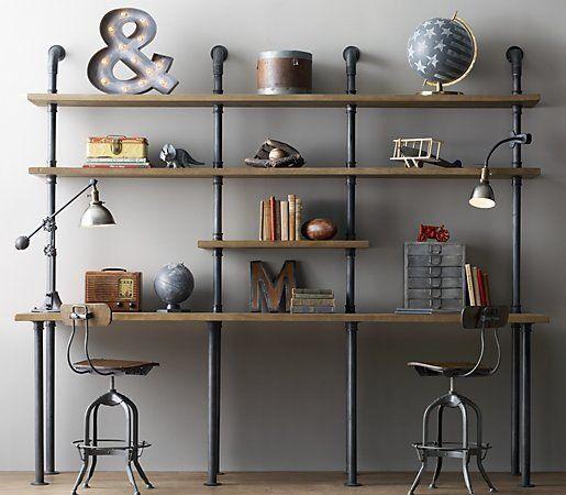 Foto de um ambiente de trabalho com design rústico onde há duas cadeiras em frente a uma diversas estantes de madeira cuja base de sustentação é feita a partir de vigas de ferro.