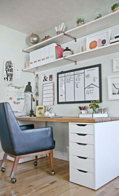 Mesa de escritório em madeira e MDF com duas prateleiras acima dela.
