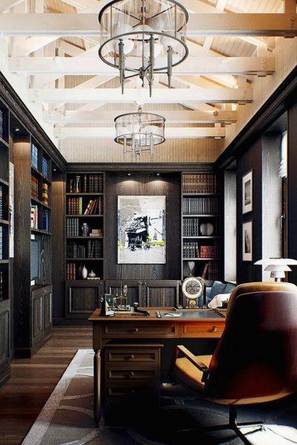 Sala grande do que parece ser um escritório de advocacia. Todas as paredes são grandes estantes de madeira com livros grossos e alguns objetos decorativos.