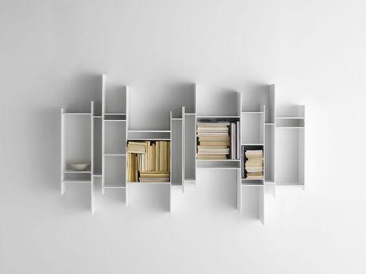 Prateleira de MDF encaixada na parede com livros dentro dela.