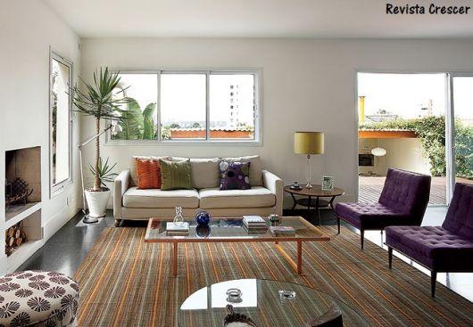 sala com tapete listrado