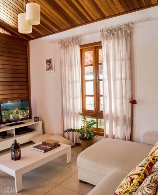sala de estar com janela de madeira