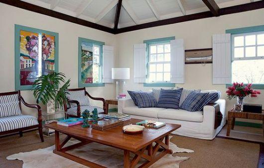 sala com janelas coloridas