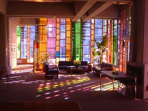 sala com vidro colorido