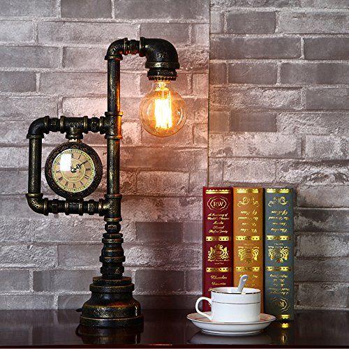 Foto de uma luminária de mesa feita de material metálico com uma lâmpada na ponta e um relógio na lateral.