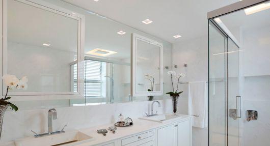Lustre para banheiro na cor branca.