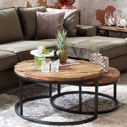 Foto de mesa de centro industrial redonda com tampos em dois níveis feitos de madeira e base feita com metal.