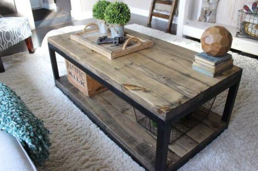 Foto de mesa de centro quadrangular com dois níveis feitos de madeira e as vigas de ferro.