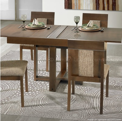 Mesa de jantar extensível de madeira.