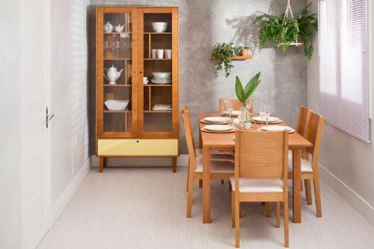 Mesa extensível de madeira.