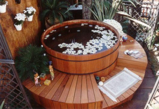 ofurô de madeira romântico