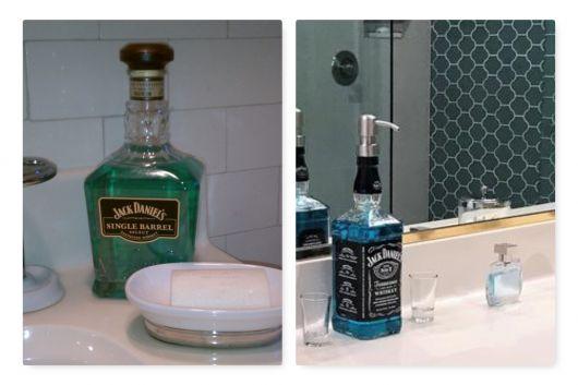 Porta sabonete líquido de vidro. com garrafa de bebida.