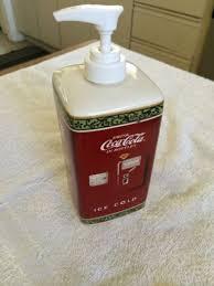 Porta sabonete líquido Coca-Cola.