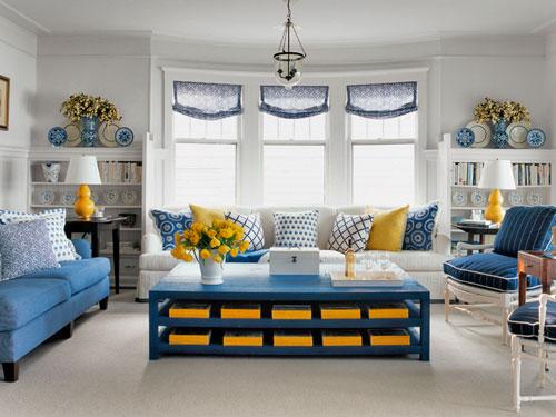 Almofada azul na decoração.