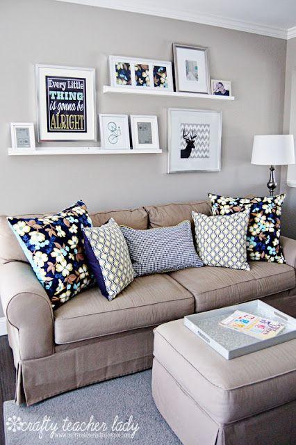 Almofada azul e cinza na decoração.