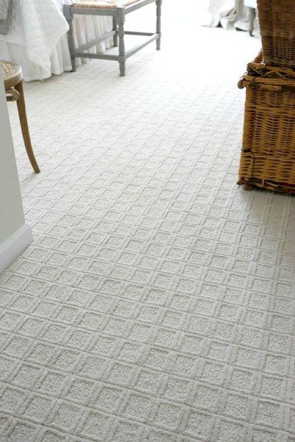 Foto de um carpete para quarto com detalhes de quadrados similares desenhados um ao lado do outro.