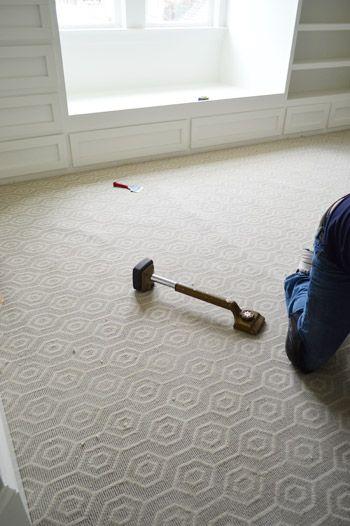 Foto de um quarto em reforma com um carpete decorado com formas geométricas.