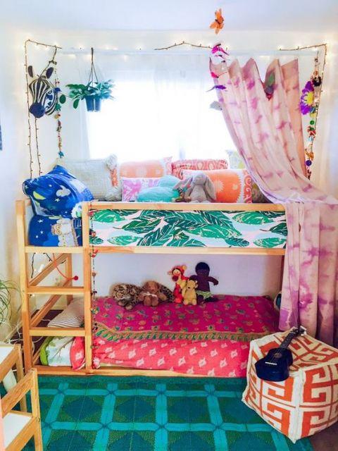 Foto de uma beliche em um quarto de criança com roupas de cama coloridas e carpete com pequenos detalhes e cores fortes.