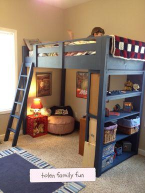 Foto de um quarto de criança onde há um espaço para brincar embaixo de uma cama que fica no alto e pode ser acessada por uma escada. O chão tem um carpete claro que cobre toda a extensão do ambiente, inclusive a área de brincar.