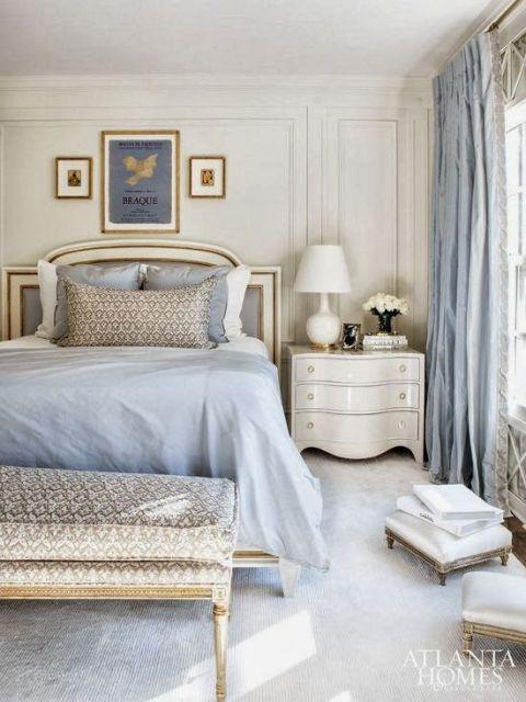 Foto de um quarto apertado com uma cama de casa, cômoda e cortina na janela. O carpete é bem claro.