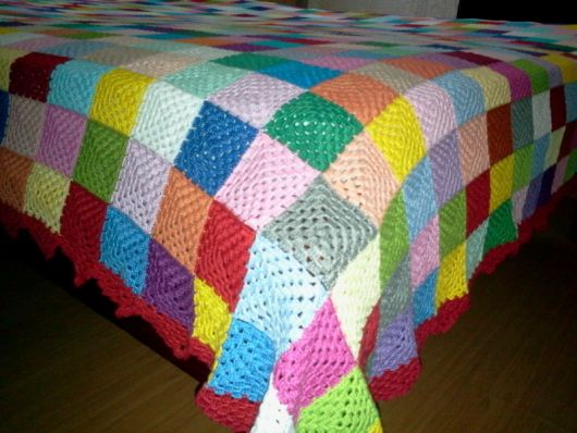 Colcha de Crochê colorida com cores claras