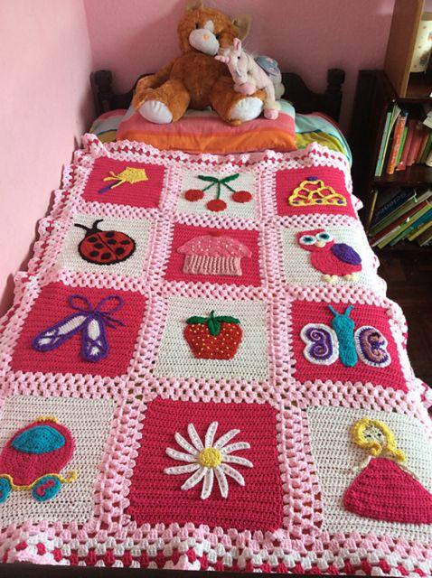 Colcha de Crochê colorida com desenhos infantis