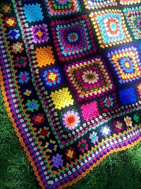 Colcha de Crochê colorida com borda laranja